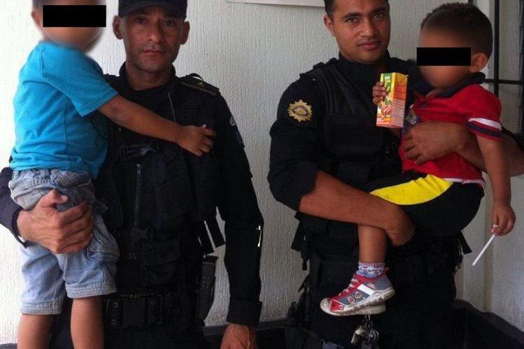 Niños rescatados son trasladados a un sitio seguro, luego de ser localizados en El Progreso, Jutiapa. (Foto Prensa Libre: PNC)