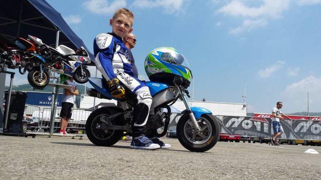 El pequeño Marco, de 6 años, estaba teniendo sus primeros contactos con las minimotos. (Cristian Scaravelli / Facebook)