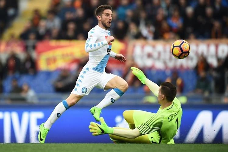 El ariete belga Dries Mertens vence al portero polaco de la Roma, Wojciech Szczesny, para conseguir el primer gol del Napoli (Foto Prensa Libre: AFP)