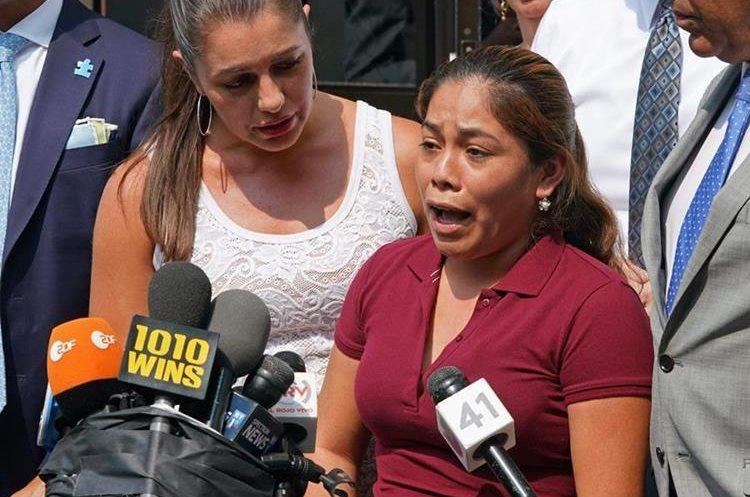 La guatemalteca Yeni Marciela Gonzalez García logró ver a sus hijos después de 45 días desde que fueron separados. (Foto Prensa Libre: AFP)