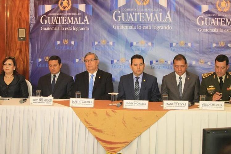 El presidente Jimmy Morales, el vicepresidente Jafeth Cabrera y los ministros de Exteriores, Gobernación y Defensa se pronuncian por el caso Belice. (Foto Prensa Libre: Esbin García)