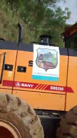 Maquinaria municipal que fue prestada para reparar tramo en el Polochic. (Foto Prensa Libre: Eduardo Sam)