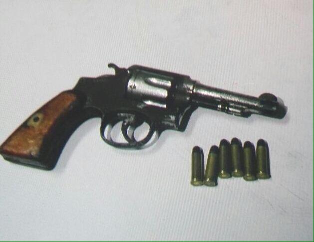 Arma de fuego que dejó abandonada el presunto sicario que se dio a la fuga en Chinautla. Foto Prensa Libre: Gobernación.
