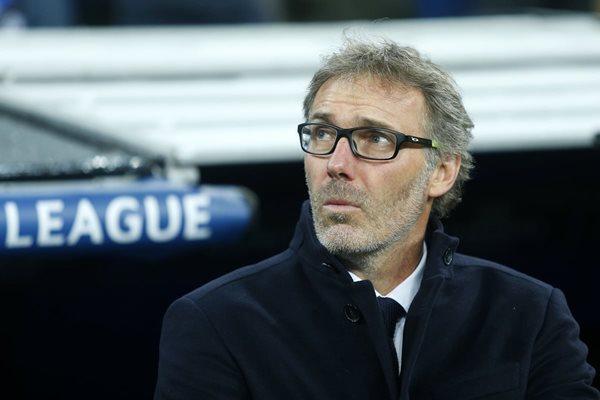 El entrenador del PSG, Laurent Blanc, observa el partido entre su equipo y el Real Madrid en el Santiago Bernabéu. (Foto Prensa Libre: AP)