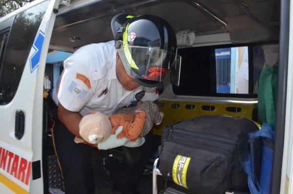 Los bomberos trasladaron a la bebé a la emergencia del Hospital San Juan de Dios, se sabe que tendría una herida de bala. (Foto Prensa Libre: CBV)