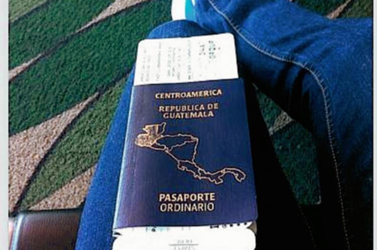 Padilla mostró su pasaporte y se reporta listo para unirse a sus compañeros de Selección Nacional. (Foto Prensa Libre: Angelo Padilla)