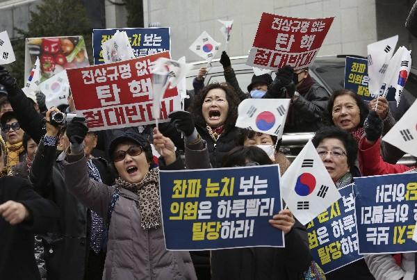 Los manifestantes apoyan al presidente surcoreano, Park Geun-hye, en Seúl. (AP)
