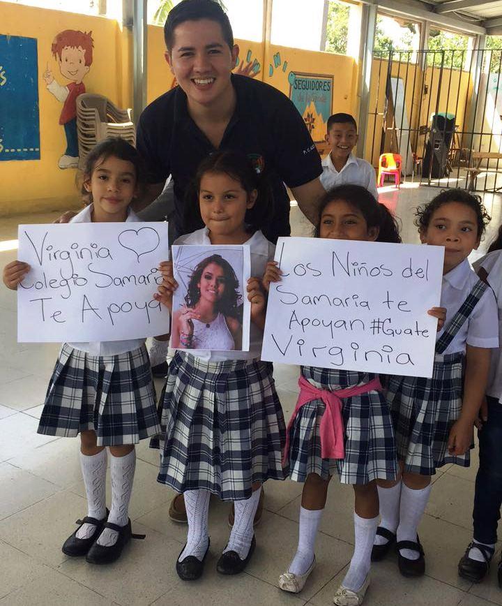 Con carteles, niños y jóvenes muestran su apoyo a la reina nacional. (Foto Prensa Libre: Cortesía Jennifer Lara)
