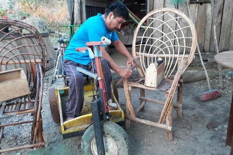 Miguel Pérez Santos, quien se moviliza en un vehículo de madera, fabrica muebles con bejuco bayal, en Poptún. (Foto Prensa Libre: Rigoberto Escobar)