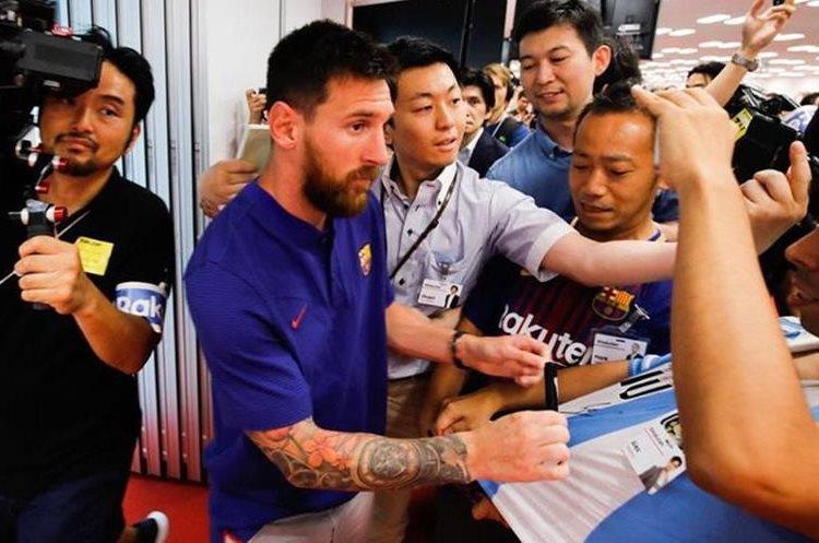 Lionel Messi recibió el cariño de los seguidores en Tokio. (Foto Prensa Libre: FC Barcelona)