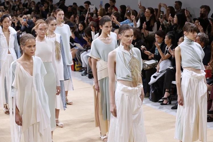 Allude presente su colección, El despunte de lo imperfecto, durante la Semana de la Moda en París. (Foto Prensa Libre: AFP).