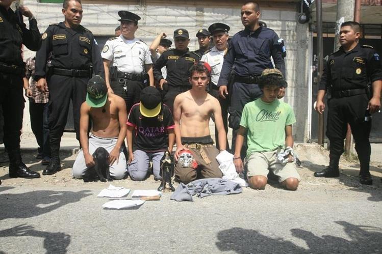 Los detenidos tenían una pistola con la que habrían disparado al estadounidense. (Foto Prensa Libre: Erick Ávila)