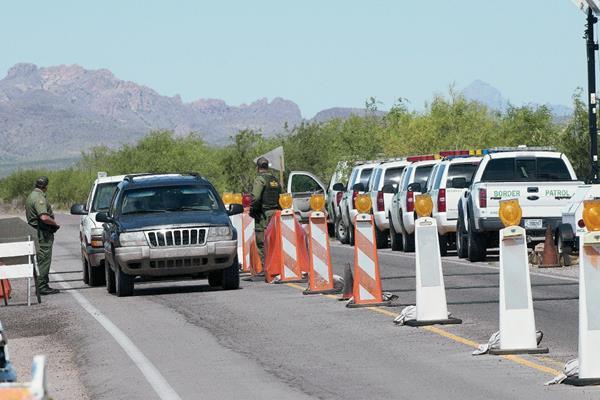 Residentes de la zona están inconformes con la Patrulla Fronteriza. (Foto Prensa Libre: EFE).