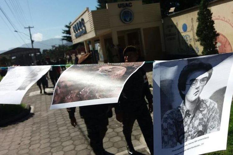 Pancartas con fotografías de víctimas del conflicto armado interno fueron colocadas por universitarios del Cunoc. (Foto Prensa Libre: María José Longo)
