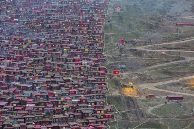 """Marco Grassi: """"Desde junio de 2016, todo ha cambiado en Larung Gar (Tibet), pero casi nadie lo sabe"""", dice Marco Grassi, el fotógrafo detrás de esta imagen. """"Lo que alguna vez fue el más grande asentamiento budista del mundo, un lugar remoto lejos de la sociedad moderna donde los monjes llevaban una vida tranquila, ha sido demolido por las autoridades chinas"""". MARCO GRASSI"""