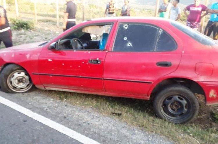 Las víctimas fueron ultimadas en un vehículo, en Teculután, Zacapa. (Foto Prensa Libre: Mario Morales)