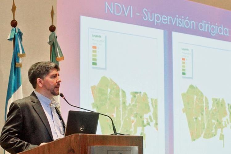 Alfredo Suárez, analista agrícola de la empresa Aerobots, durante su disertación en la Primera Conferencia Regional sobre Drones en Investigación, organizada por la UVG.