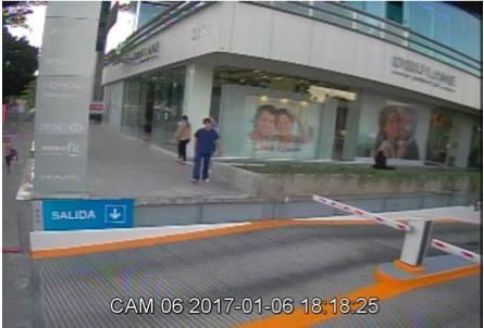 Captura del video que fue publicado en la cuenta e Facebook del consulado de EE. UU. en Guadalajara que muestra al sicario (de azul) a punto de cometer el ataque. (Facebook).