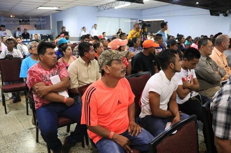 Líderes comunitarios que asistieron a la reunión aseguraron desconocer todo lo relacionado con el apoyo que les dará el Gobierno. (Foto Prensa Libre: Carlos Paredes)