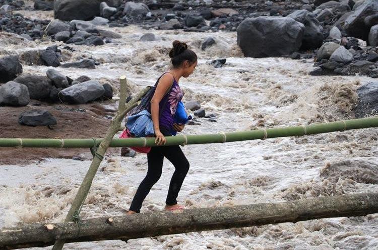 Pobladores de ocho comunidades tienen dificultad para movilizarse en Siquinalá. (Foto Prensa Libre: Enrique Paredes).
