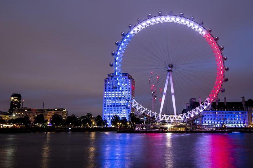 """El emblemático """"London Eye"""", en Inglaterra también fue iluminado. (Foto Prensa Libre: AP)."""