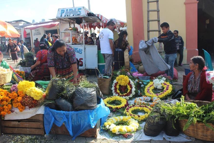 Ventas de flores en el ingreso al cementerio general de la cabecera de Sololá. (Foto Prensa Libre: Ángel Julajuj)