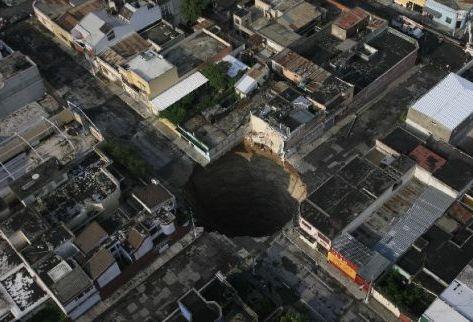 El hundimiento en la 11 avenida A y 6-04 se formó el pasado 29 de mayo tras el colapso de  un colector de aguas servidas. Foto Prensa Libre: Saúl Martínez)