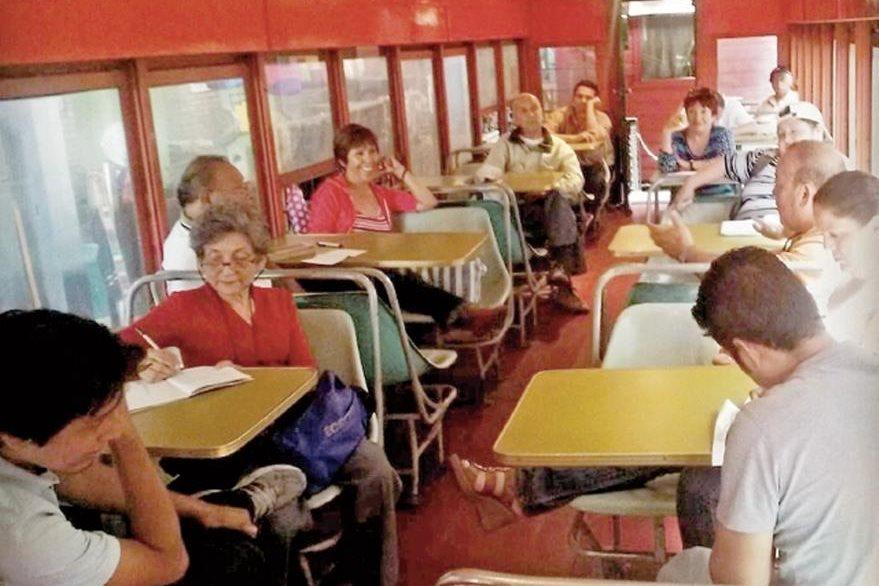 La comunidad de Lectores de Guatemala comenzó en el 2009. Se reúnen en un vagón de tren, en el Museo del Ferrocarril, zona 1, dos veces al mes para leer a varios autores. La próxima cita es el sábado 13, a las 10.30 horas. La admisión al museo de Q2.