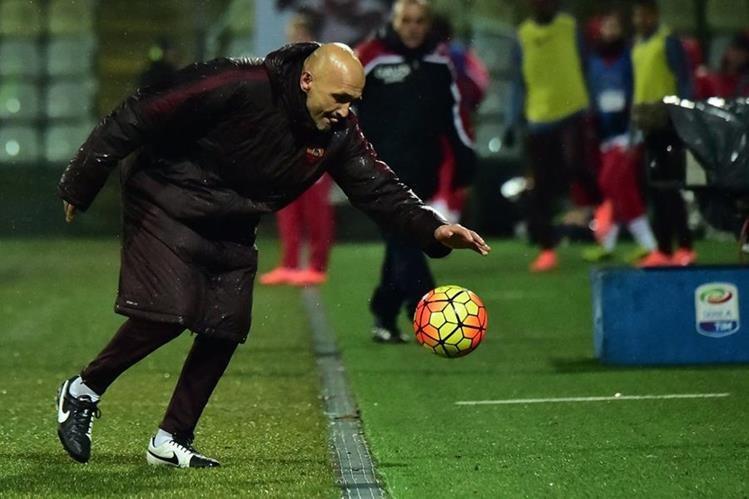 El técnico Luciano Spalletti llegó a la AS Roma y espera llevar la racha de cuatro triunfos a la Liga de Campeones. (Foto Prensa Libre: AFP)