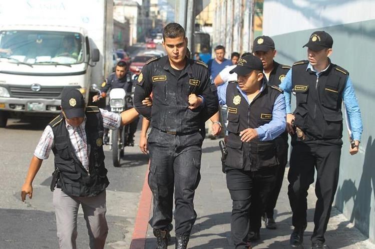 Agentes de la Inspectoría General de la PNC escoltan a Bermudez. (Foto Prensa Libre: Álvaro Interiano)