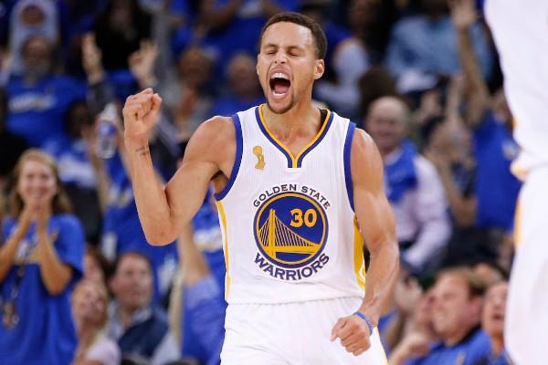 Stephen Curry festejó a lo grande en el regreso de la NBA. (Foto Prensa Libre: AP)