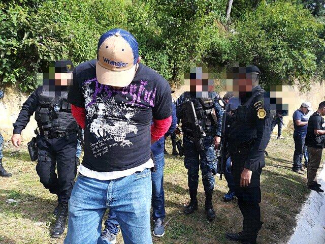 Agentes de la Policía trasladan a Juan Carlos Pellecer hacia un juzgado en Totonicapán. (Foto Prensa Libre: PNC)