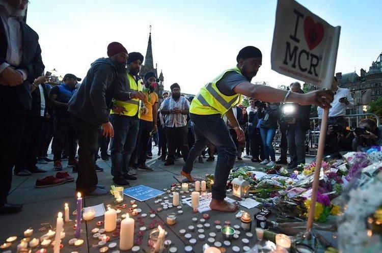 Cientos de personas participan en una vigilia en honor a las víctimas. (EFE).