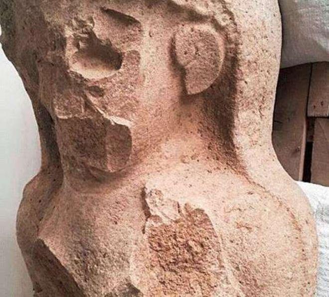 La cabeza y torso parecen haber sido desfigurados de manera ritualista. TAYINAT ARCHEOLOGICAL PROJECT