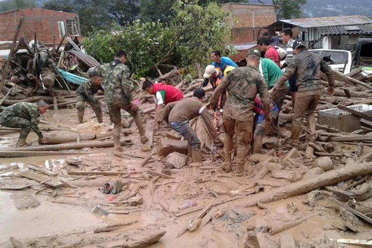 Decenas de soldados y policías trabajan en el lugar de la tragedia para rescatar a heridos y cuerpos de fallecidos. (Foto Prensa Libre: AP)