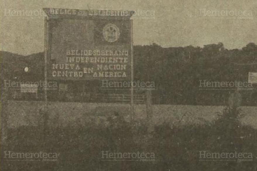 28/12/1981. Rótulo de Bienvenida a Belice desde Melchor de Mencos, Petén. (Foto: Hemeroteca PL)