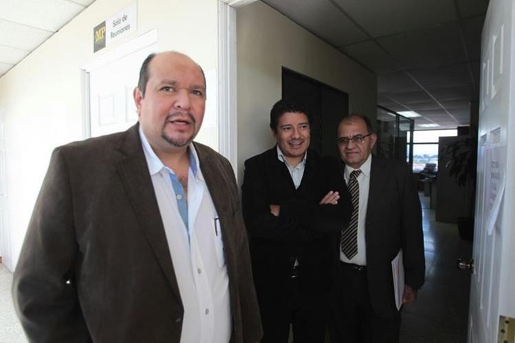 Diputados de la Unidad Nacional de la Esperanza en la Fiscalía contra la Corrupción para ratificar denuncia contra Jimmy Morales. (Foto Prensa Libre: Érick Ávila)