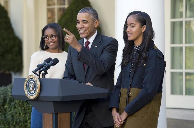 WA01. WASHINGTON (ESTADOS UNIDOS), 25/11/2015.- El presidente de Estados Unidos, Barack Obama (c) junto a sus hijas Sasha (i) y Malia (d) hoy, miércoles 25 de noviembre de 2015, durante la ceremonia de indulto de pavo de Acción de Gracias, en una ceremonia en el Rose Garden de Washington (Estados Unidos). Tras el indulto, los pavos serán llevados a su hogar permanente en Morven Park