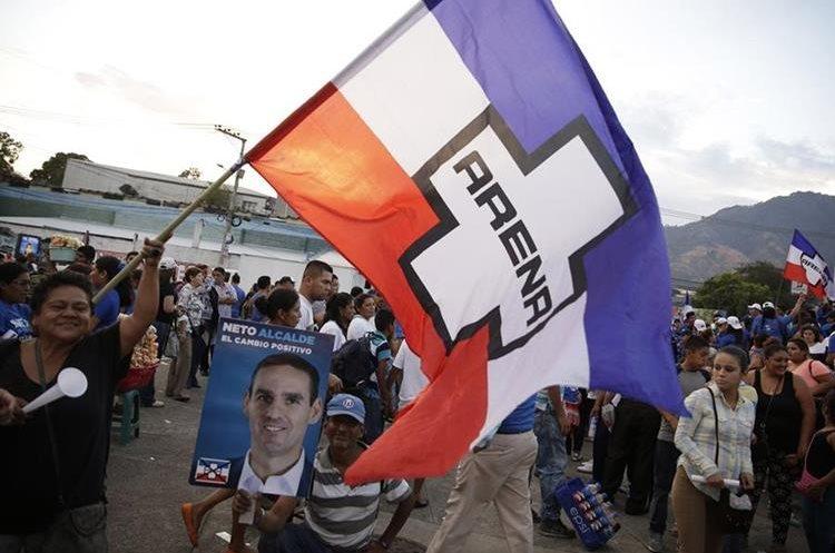 Simpatizantes del partido de derecha Alianza Republicana Nacionalista (Arena) participan  en el cierre de campaña. (EFE).