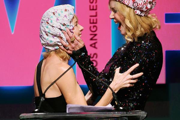 La actriz besó a su amiga durante la entrega de los premios Crystal + Lucy de Mujeres en el Cine (Foto Prensa Libre: AP)