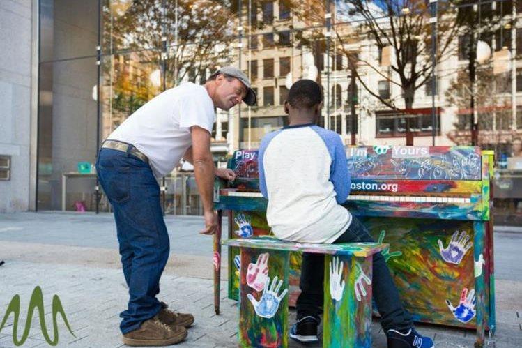 Luke Jerram, un artista inglés ha impulsado el proyecto para acercar a personas los instrumentos musicales (Foto, Prensa Libre: www.artistwaves.com)