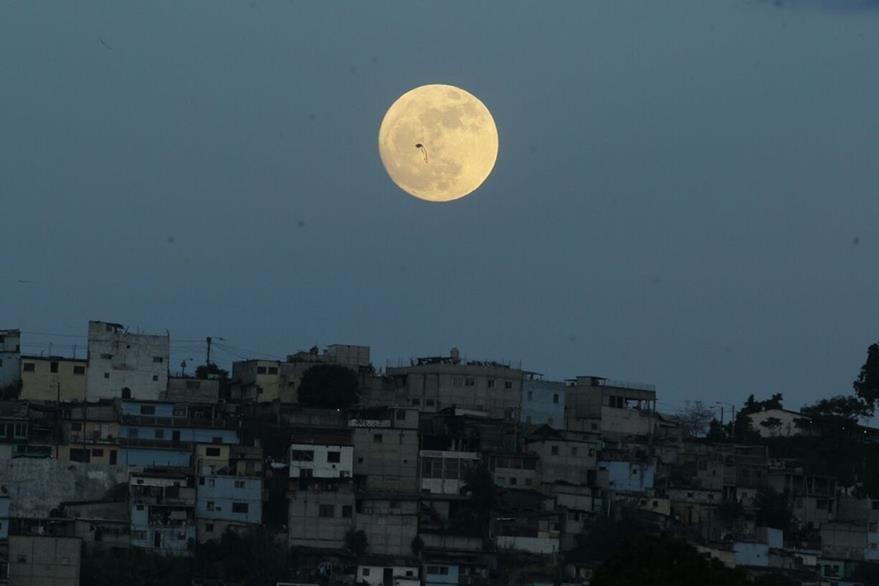 El astro ilumina la zona 18. (Foto Prensa Libre: Paulo Raquec)