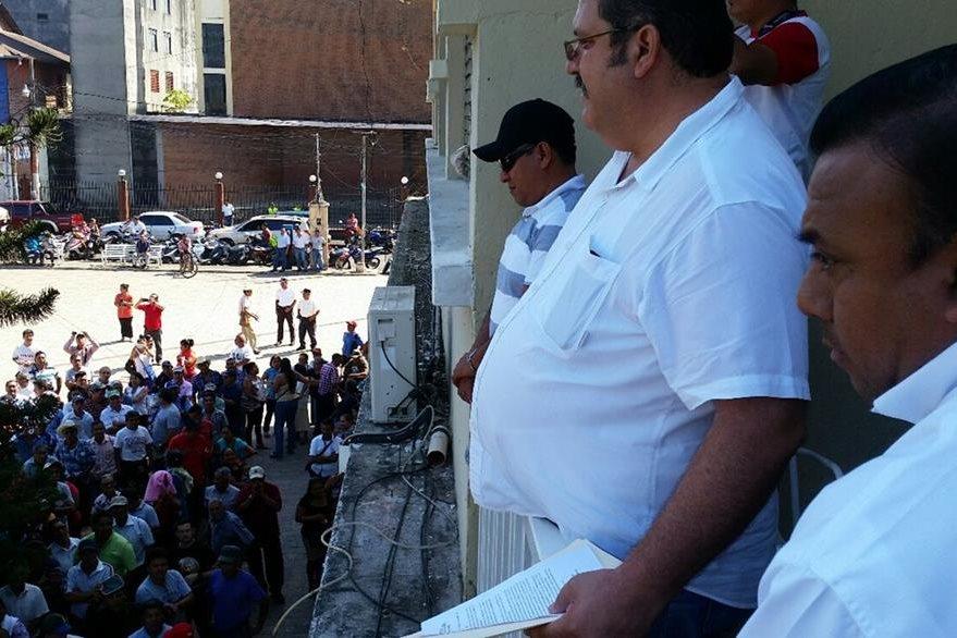 El alcalde Alfonso García-Junco -al centro-  observa a parte del grupo de los manifestantes. (Foto Prensa Libre: Alexánder Coyoy).