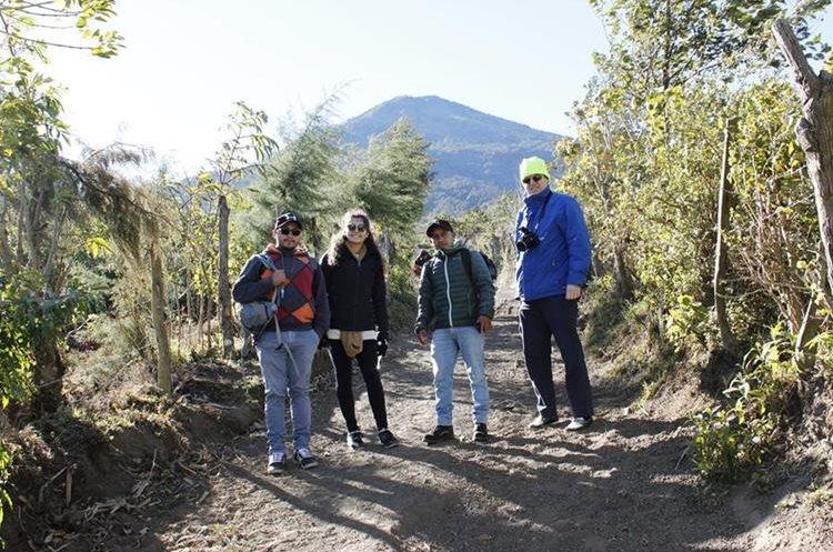 Un grupo de turistas durante un ascenso al volcán Acatenango, en Chimaltenango. (Foto Prensa Libre: Víctor Chamalé)