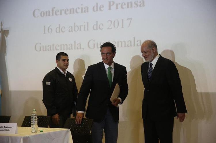 El jefe de la Agencia de Investigación Criminal de la PGR, Omar Gardía Harfuch, Alberto Elías Beltrán (d), y Ángel Domínguez de la Embajada de México en Guatemala. (Foto Prensa Libre: EFE)