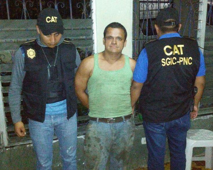 Agentes de CAT-PNC custodian a Welder Dario Morente Dubón, quien es buscado por el FBI. (Foto Prensa Libre: Cortesía PNC)