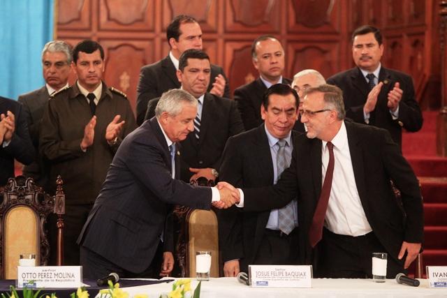 El entonces presidente Otto Pérez Molina saluda a Iván Velásquez, al oficializar una nueva prórroga de la Cicig. (Foto Prensa Libre: Hemeroteca PL)
