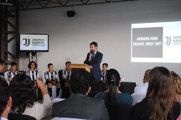 El embajador de Italia en Guatemala, Edoardo Pucci despidió al grupo de jugadores de la Juventus Academy. (Foto Prensa Libre: Juventus Academy)