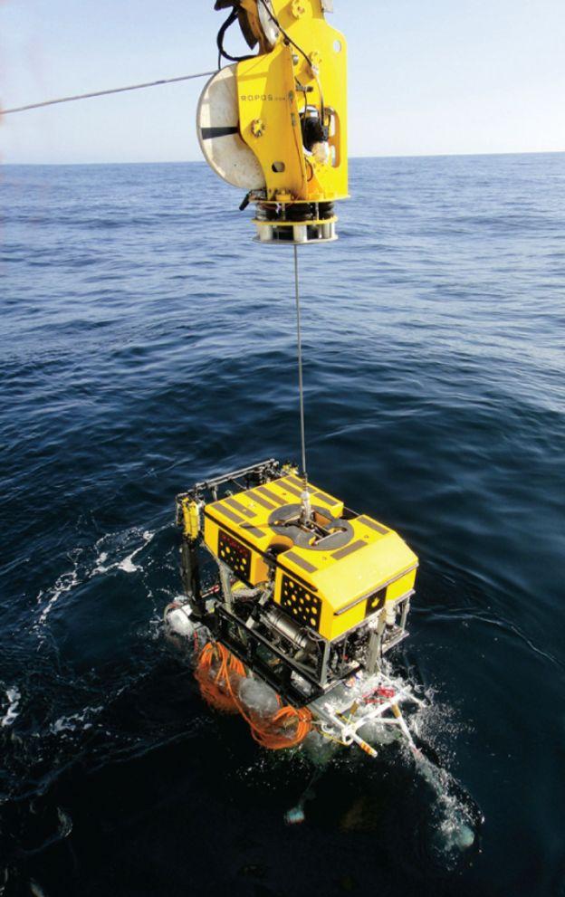 Se utilizan robots marinos para encontrar la parte dañada y extraer el cable del mar. OCEAN NETWORKS CANADA/FLICKR