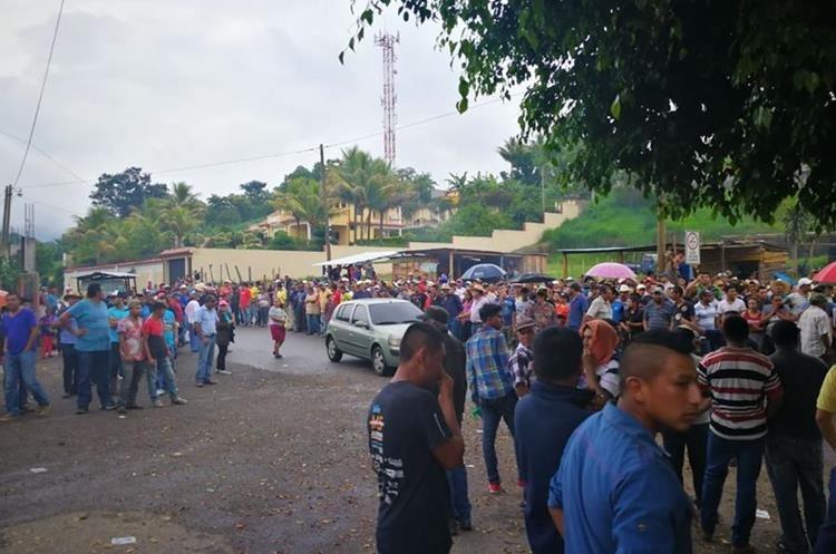 Pobladores habían bloqueado el paso de los vehículos de la mina, ya que aseguran es la causante de los sismos. (Foto Prensa Libre: José Manuel Patzán)